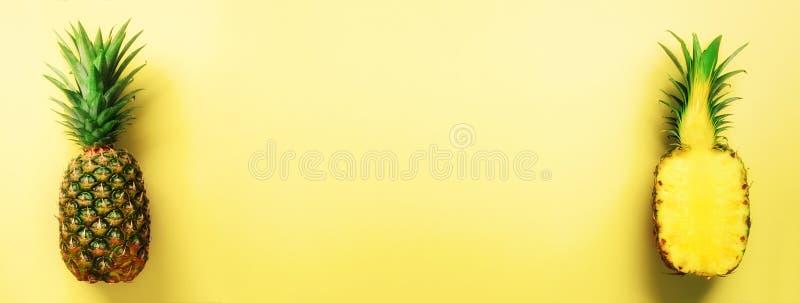 Przyrodni plasterek świeży ananas i cała owoc na żółtym tle sztandar Odgórny widok kosmos kopii Jaskrawi ananasy zdjęcia royalty free