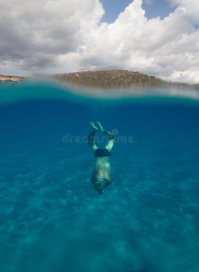 Przyrodni podwodny widok starszy mężczyzna z oszałamiająco krajobrazem w południowym Sardinia wymieniał Mari Pintau, Italy 2 - zdjęcie stock