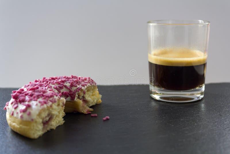 Przyrodni truskawkowy pączek i filiżanka kawy espresso kawa zdjęcia royalty free