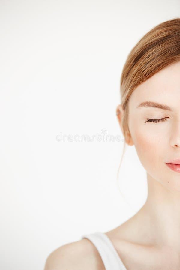 Przyrodni twarz portret młoda piękna dziewczyna z czystą świeżą skórą nad białym tłem zamknięte oczy Piękno i zdrowie obraz stock