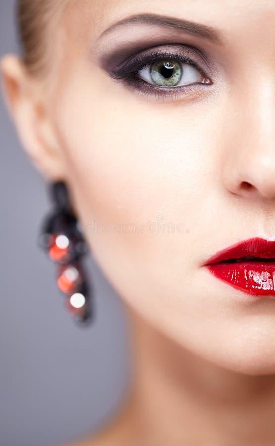 Przyrodni twarzy zakończenia portret młoda kobieta zdjęcie royalty free