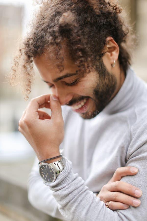 Przyrodnia amerykańska nigeryjska chłopiec jest ubranym popielatego turtleneck pulower, zegarek i, mieć kędzierzawego włosy obrazy stock
