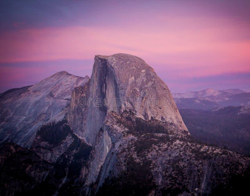Przyrodnia kopuła Yosemite przy zmierzchem zdjęcia stock