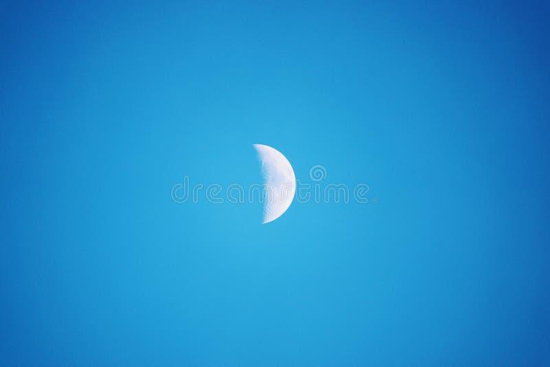 Przyrodnia księżyc Widzieć w dniu W niebieskim niebie, obrazy stock