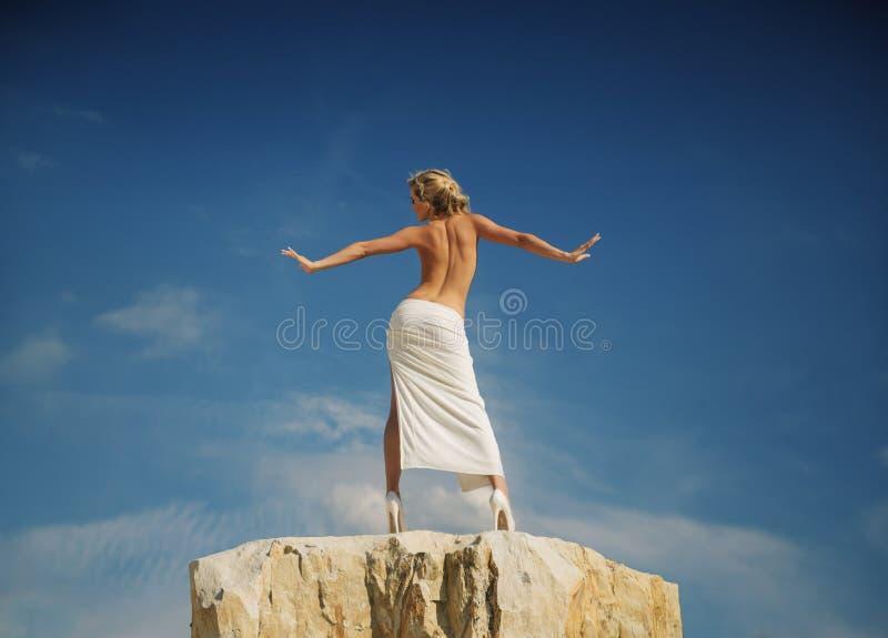 Przyrodnia naga kobieta pokazuje ona z powrotem obraz royalty free