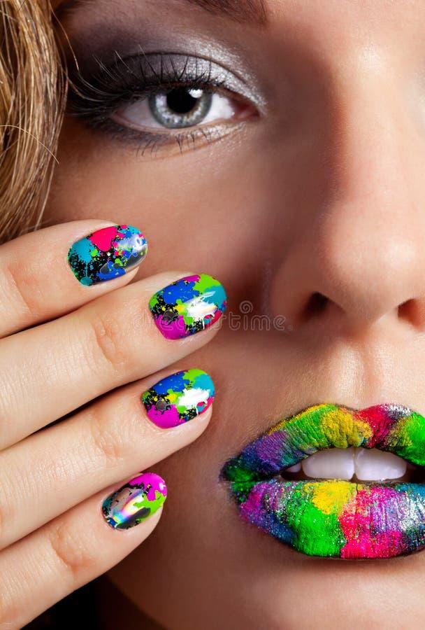 Dziewczyna z pięknymi multicolor Minx gwoździami, makijażem i zdjęcia royalty free