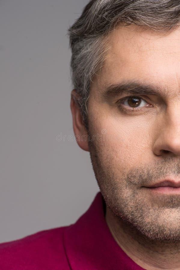 Przyrodnia twarz dorosły mężczyzna na popielatym tle fotografia stock