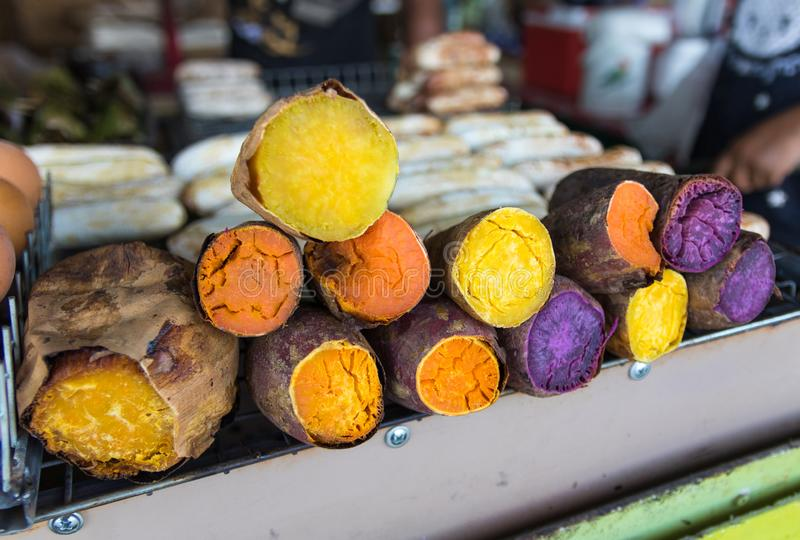Przyrodniego kawałka kolorowi bataty przy świeżym rynkiem Wyśmienicie grilla organicznie warzywo dla je w zima sezonie zdjęcia stock