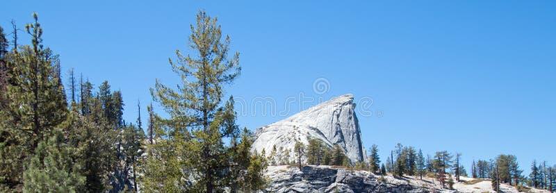 Przyrodniej kopuły rockowa formacja widzieć od bazy okręt podwodny kopuła w Yosemite parku narodowym w Kalifornia usa obrazy stock