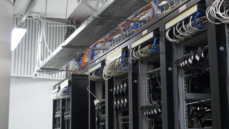 Przyrząd dla minować crypto walutę Rząd bitcoin górnicy tworzył na depeszujących shelfs Górniczy cryptocurrency Bitcoin gospodars obrazy stock