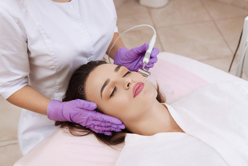 Przyrz?d jest twarzowym kosmetologi? zdjęcie royalty free