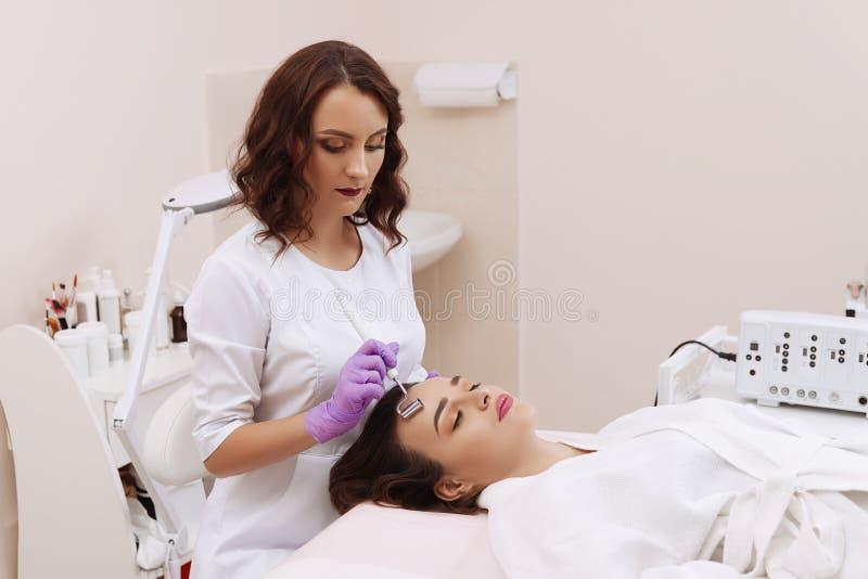 Przyrz?d jest twarzowym kosmetologi? obraz royalty free