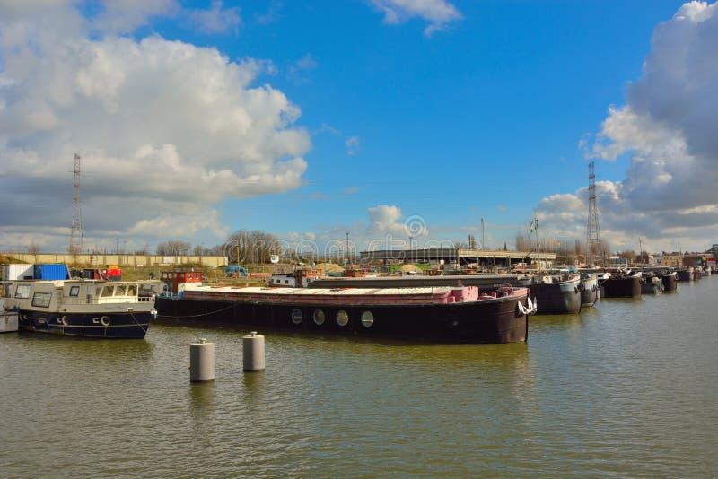 Przyschnięty schronienie w Ghent, żywych łodziach i fabrykach, obraz stock