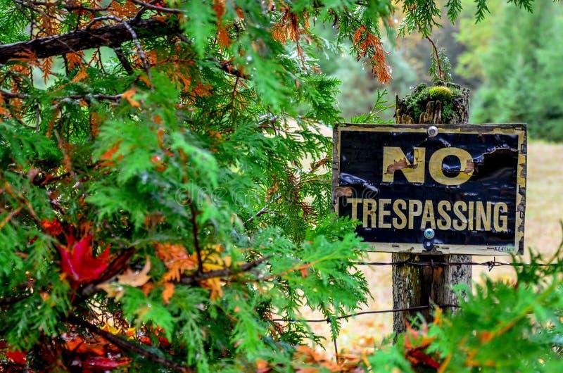 Przyschnięty Trespassing znak zdjęcia stock