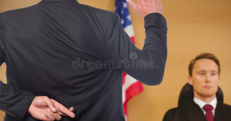 przysięgający w sędzi z palcami krzyżującymi, fotografia royalty free