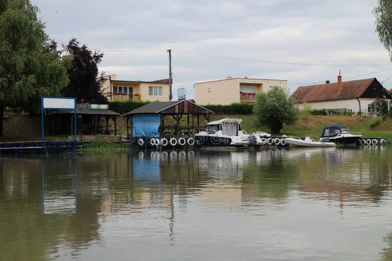 Przystań w Jelka na Malà ½ Dunaju rzece (Mały Danube) obrazy royalty free