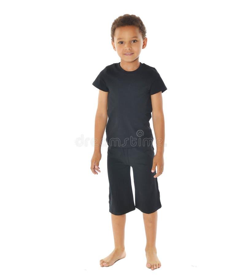 Przystojna amerykanin afrykańskiego pochodzenia chłopiec w koszulce na białym tle fotografia royalty free