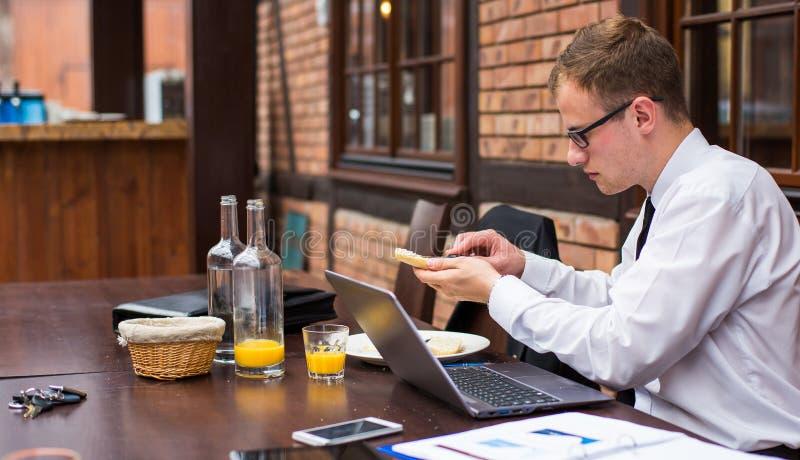 Przystojna biznesmen praca przy laptopem w restauraci. fotografia royalty free