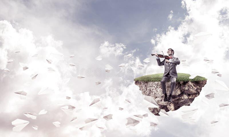 Przystojna biznesmen sztuka jego papierów samoloty i melodia lata wokoło zdjęcie royalty free