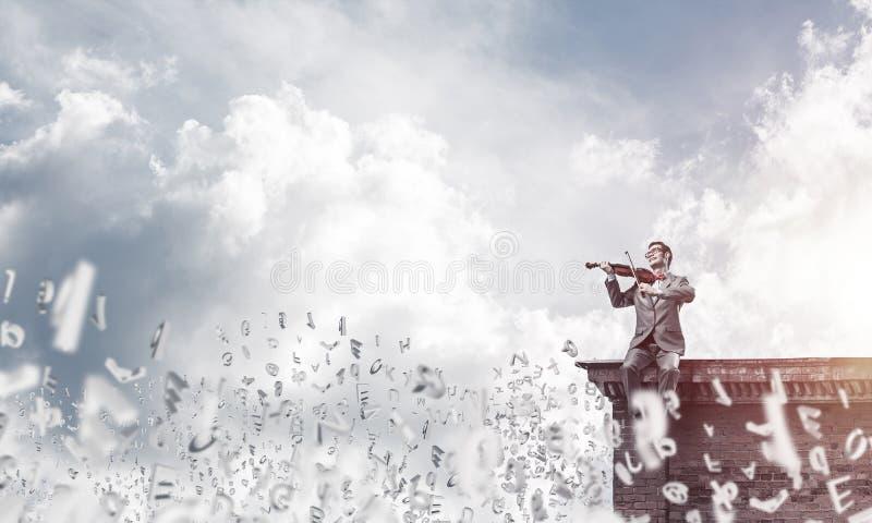Przystojna biznesmen sztuka jego symbole i melodia lata wokoło w a obrazy stock