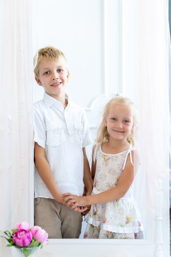 Przystojna chłopiec i piękne dziewczyna chwyta ręki zdjęcie royalty free