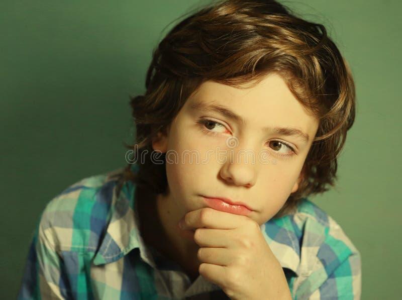 Przystojna chłopiec myśl nad trudnym pytaniem zdjęcie stock