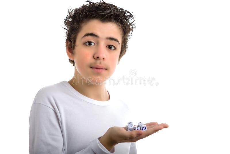 Przystojna chłopiec trzyma niektóre kostka do gry w palmie ręka obraz stock