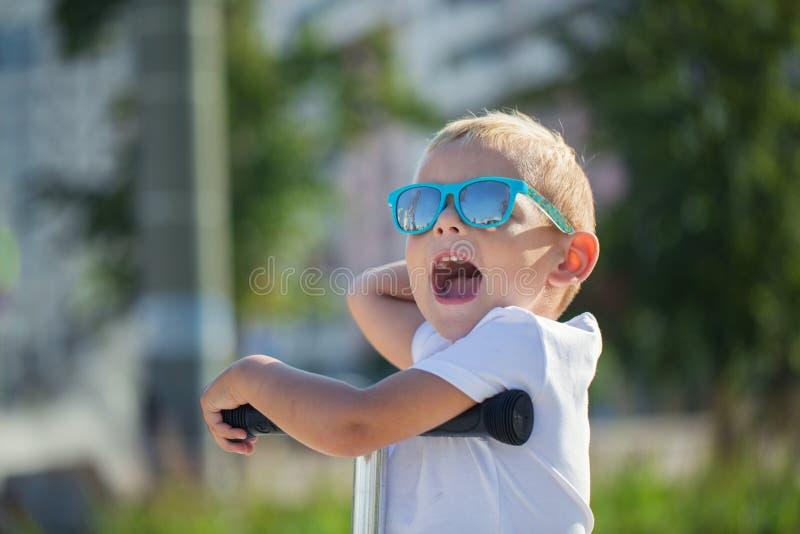 Przystojna chłopiec w eleganckich okularach przeciwsłonecznych obraz stock