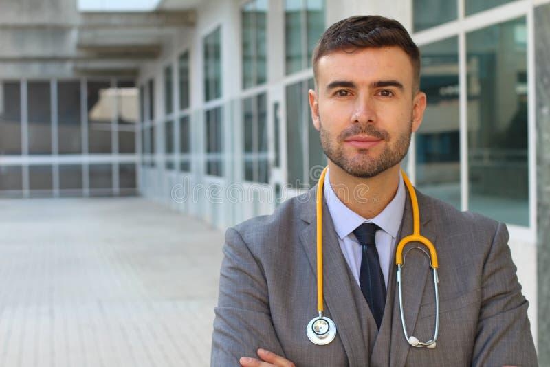 Przystojna lekarka jest ubranym eleganckiego kostium obraz stock