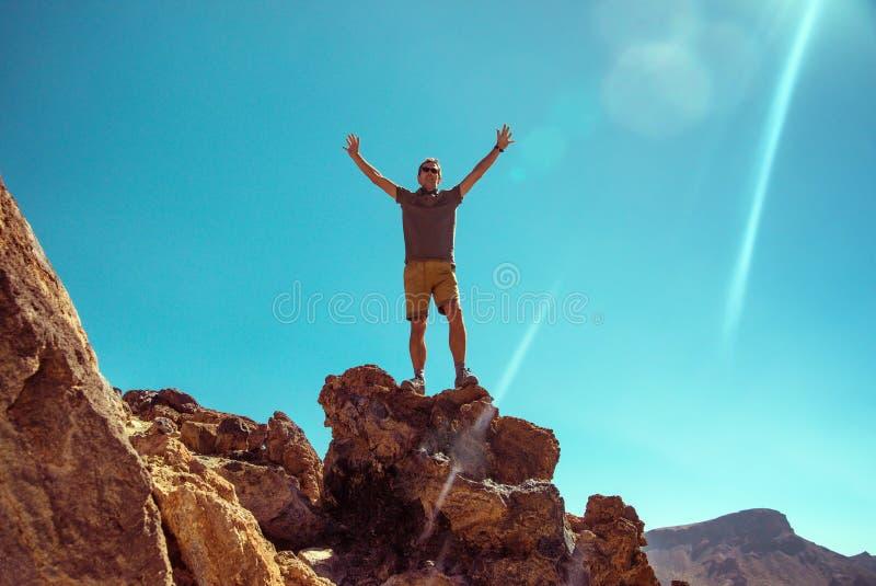 Przystojna mężczyzna pozycja na skale fotografia royalty free