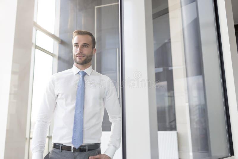 Przystojna młoda biznesmen pozycja w nowym biurze obraz royalty free