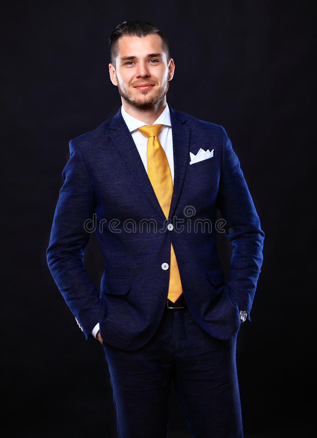 Przystojna młoda biznesowego mężczyzna pozycja na czerni obrazy royalty free