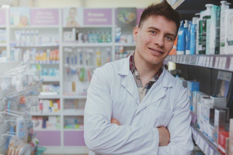 Przystojna m?ska farmaceuta pracuje przy jego aptek? zdjęcia royalty free