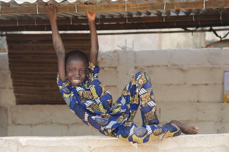 Przystojna mała czarna pochodzenie etniczne chłopiec bawić się przy szkołą zdjęcia stock