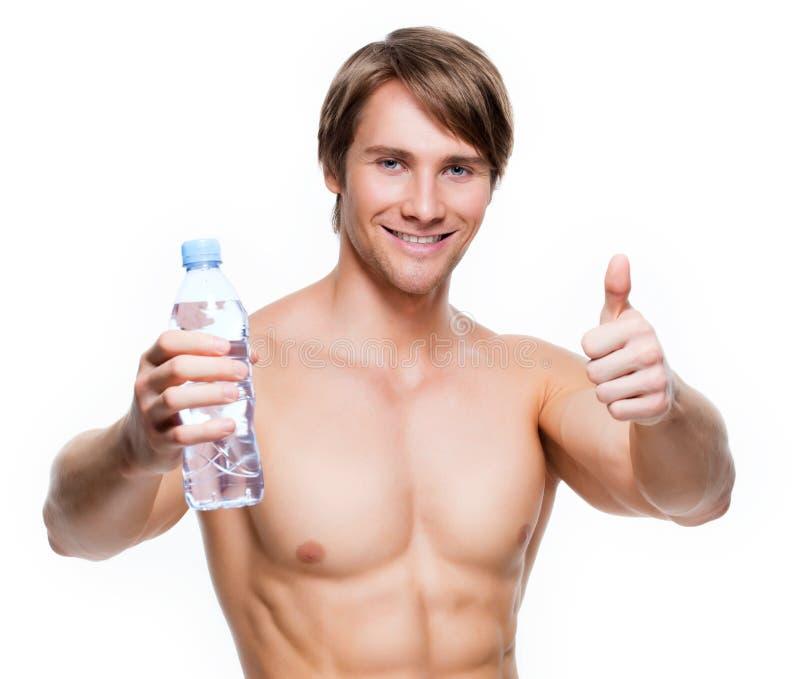 Przystojna mięśniowa sportowów chwytów woda zdjęcie royalty free