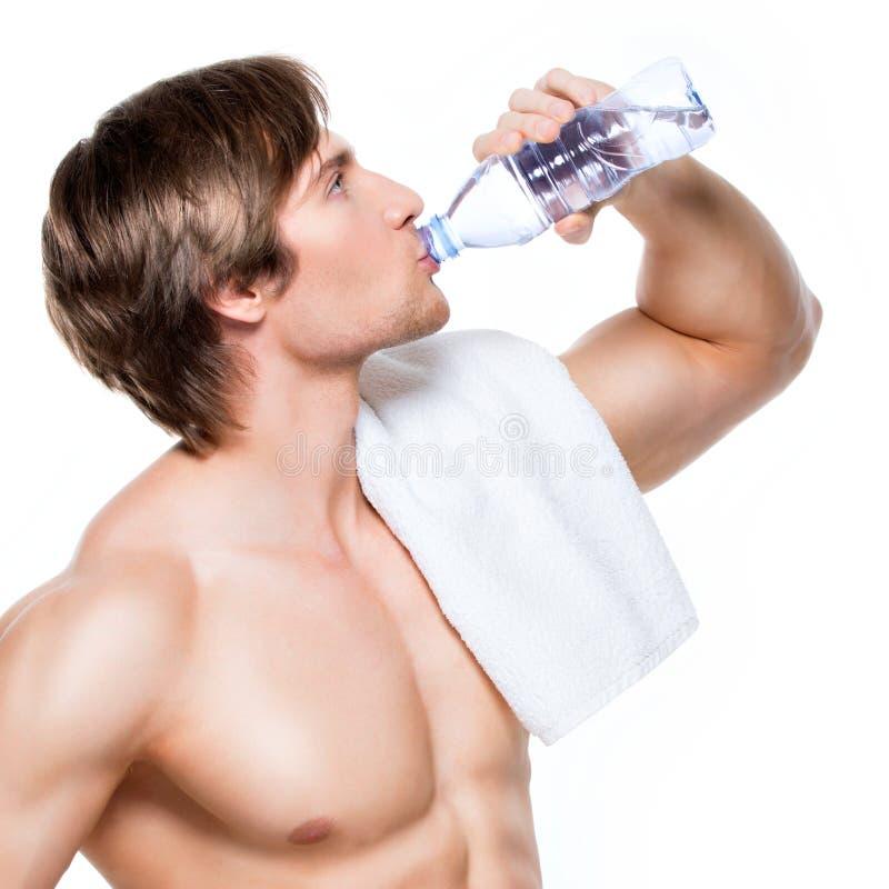 Przystojna mięśniowa sportowów napojów woda obrazy royalty free