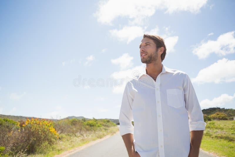 Przystojna przypadkowa mężczyzna pozycja na drodze zdjęcie royalty free