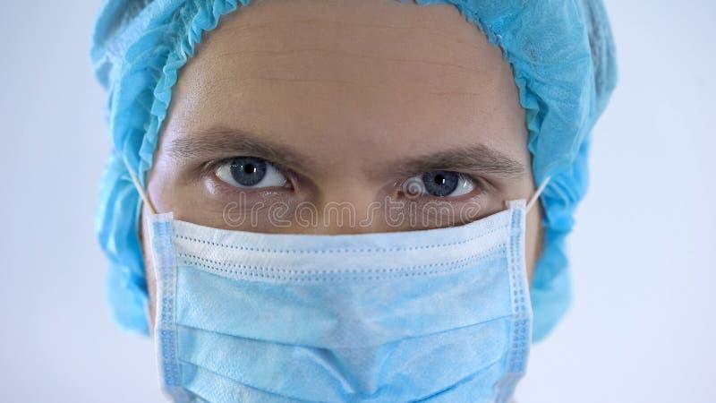 Przystojna samiec lekarki twarz w masce, fachowe chirurg usługa, medycyna obraz royalty free