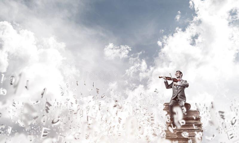 Przystojna skrzypaczki sztuka jego symbole i melodia lata wokoło w powietrzu obraz stock