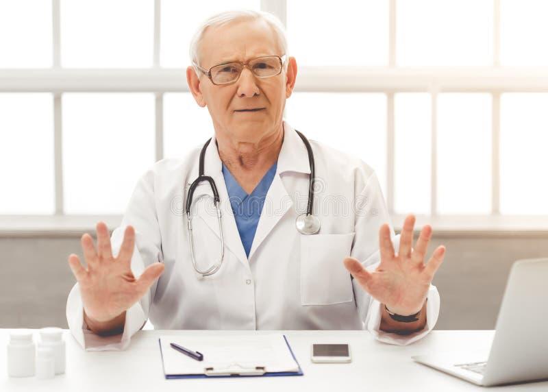 Przystojna stara lekarka zdjęcia stock