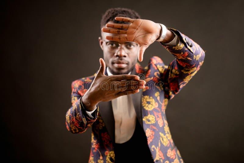Przystojne afro magika spełniania sztuczki z rękami zdjęcie royalty free
