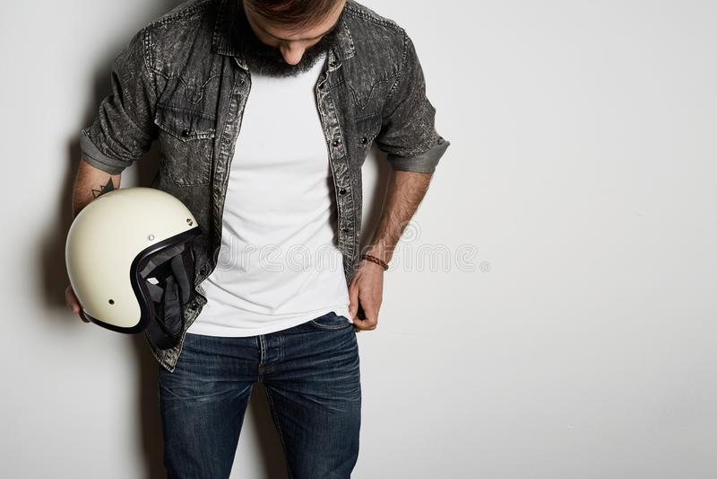 Przystojne Brutalne brodate samiec modela pozy w czarnej cajg koszula i pustej białej koszulki premii lata bawełnie z moto zdjęcia stock