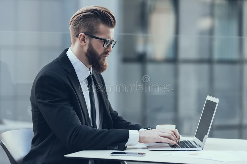 Przystojnego biznesmena laptopu Pracująca kawiarnia Outdoors fotografia royalty free