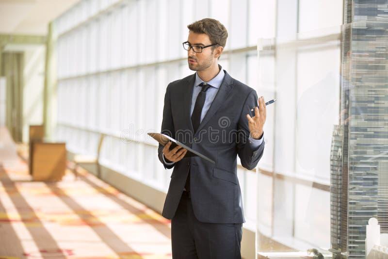 Przystojnego biznesmena Wiodący spotkanie zdjęcie royalty free