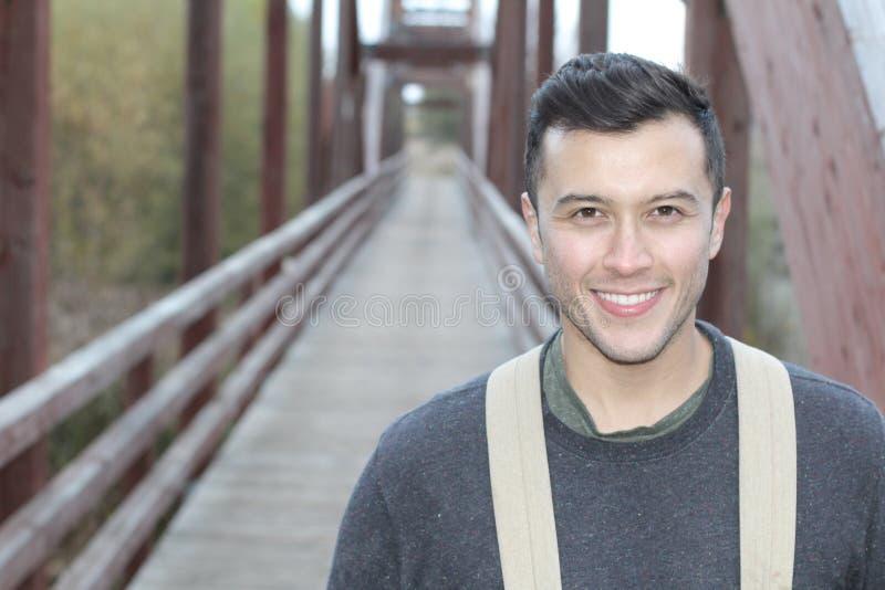Przystojnego etnicznego outdoorsy mężczyzna uśmiechnięty zakończenie up zdjęcie royalty free