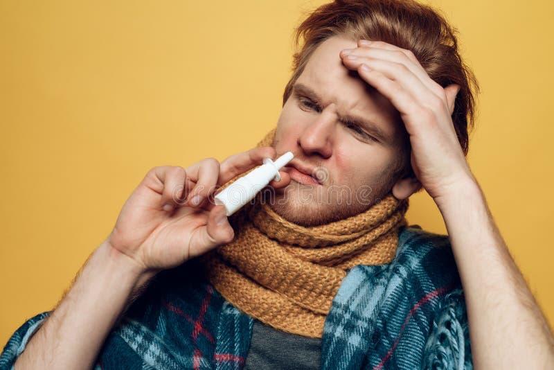 Przystojnego faceta Czuciowe Chore Kapiące Nosowe krople fotografia stock