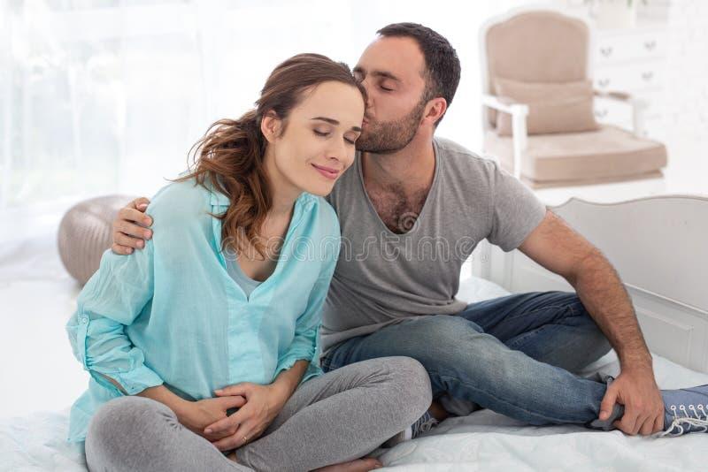 Przystojnego mężczyzna kochający kobieta w ciąży zdjęcie stock