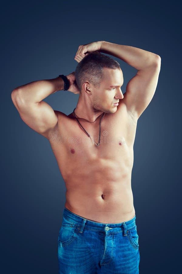 przystojnego mężczyzna mięśniowi portreta strzału studia potomstwa fotografia stock