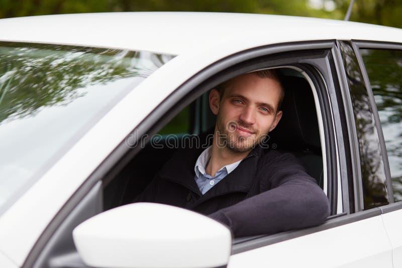 Przystojnego mężczyzna napędowy samochód obraz royalty free