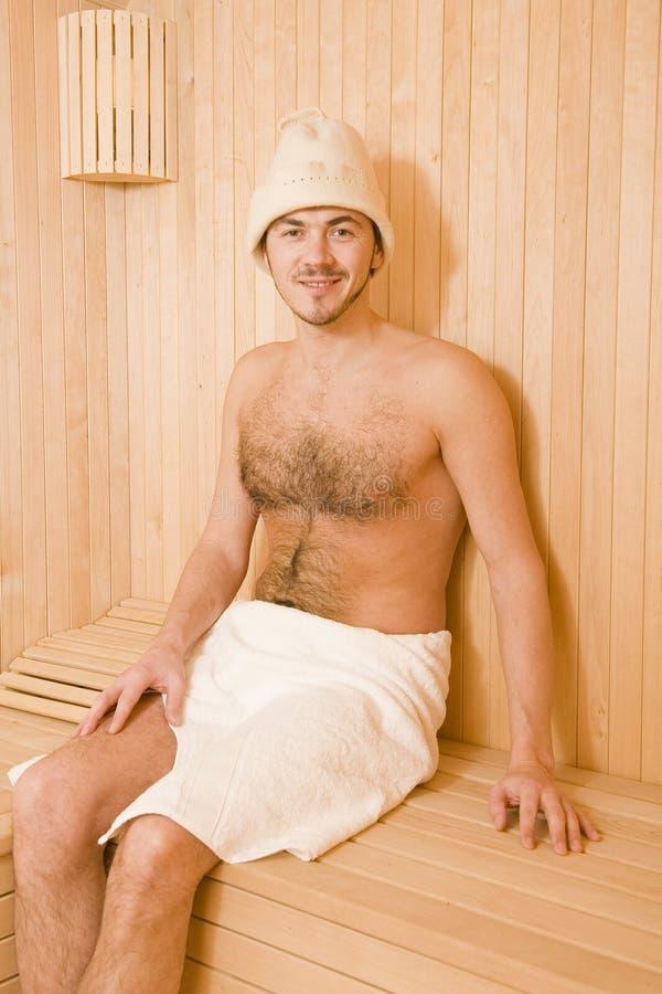 przystojnego mężczyzna relaksujący sauna ręcznik obraz stock